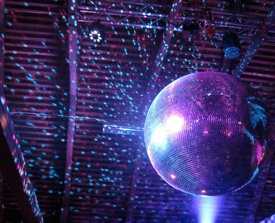 Självklart inslag på en LoveBoat fest. Discokulan. Foto: Madeleine Alm