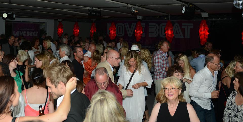 Fullt med sommarklädda gäster. We like. Foto: Eric Linders